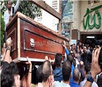 فيديو و صور| لحظة وصول جثمان هيثم أحمد زكي لمسجد مصطفى محمود