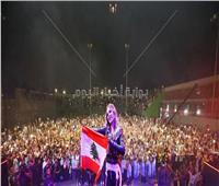 صور| نيكول سابا ترفع العلم اللبناني وتدعم بلدها بحفلها في القاهرة