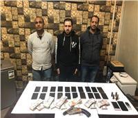 ضبط 3 عاطلين بحوزتهم كيلو حشيش وسلاح ناري بالطالبية