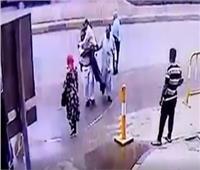 فيديو| لفتة انسانية.. ضابط شرطة يحمل «معاق» لعبور الطريق