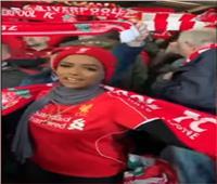 فيديو| مشجعة من أصول إفريقية تخطف الأنظار في مباراة ليفربول