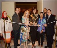 صور| وزيرة الهجرة تفتتح معرض الفنانة رندة فؤاد