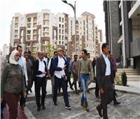 وزير الإسكان يتفقد أول شارع يتم تنفيذه بالكامل بالعاصمة الإدارية