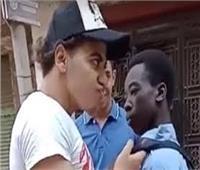 ما العقوبة المنتظرة للمتهمين بالتنمر على طالب أفريقي؟ خبير قانوني يجيب