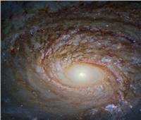 هابل يلتقط صورة نادرة لشكل مجرة على بعد 130 مليون سنة ضوئية