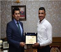 وزير الرياضة يكرم كيشو بعد حصوله على ذهبية العالم تحت ٢٣ سنة