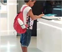 فيديو| 15 ثانية تغير حياة طفل من «القهر» لـ«الشهرة»