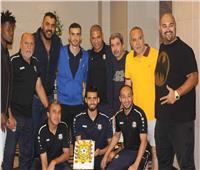 جماهير الدراويش تحتفل مع اللاعبين بالفوز على الجزيرة الإماراتي