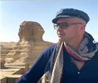 صور وفيديو  «بطل تيتانيك» يروج للسياحة المصرية من أمام الأهرامات وأبو الهول