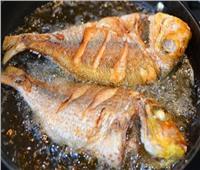 نصائح مجربة.. طريقة التخلص من رائحة السمك أثناء القلي