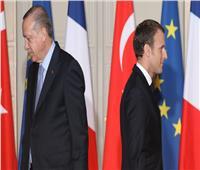 ماكرون يتهم تركيا بالعمل مع وكلاء «تنظيم داعش»