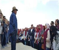 طلاب جامعة المنصورة يتلقون محاضرة أمام هرم خوفو