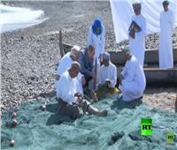 فيديو| الأمير ويليام يساعد الصيادين في إصلاح الشباك بعُمان