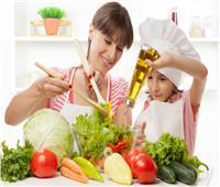 «نصائح مجربة».. 5 أسس علميها لابنتك عند دخولها المطبخ لأول مرة