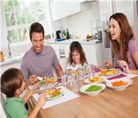 هل الكلام أثناء تناول الطعام «حرام»؟.. «الإفتاء» تجيب