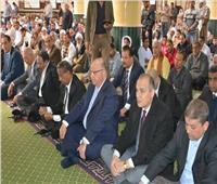 محافظ القاهرة يؤدي صلاة الجمعة بالأسمرات