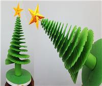 بـ«ورق ملون وفووم وعيدان خشبية» اصنعي شجرة الكريسماس بنفسك