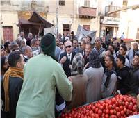 محافظ قنا يلتقي الباعة الجائلين بأسواق فرشوط