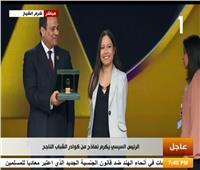 الرئيس السيسي يحمل درع التكريم لأول قائدة طيران بدون زراعين