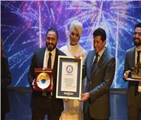 وزير الشباب والرياضة يكرم تامر حسني في احتفالية على مسرح الوزارة