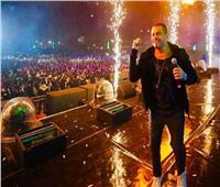شاهد| عمرو دياب يقدم توزيعا جديدا لـ «يوم تلات» في حفله بالرياض
