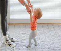 لهذه الأسباب.. تجنبي ارتداء الحذاء لطفلك قبل بلوغ سن عام