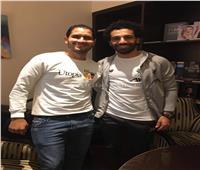 رغم السياج الأمني.. «صلاح» يستقبل أبناء قريته عقب فوزه بجائزة «أفضل لاعب»