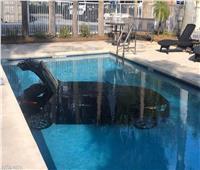 «ملقاش مكان يركن».. فوضع سيارته في حمام السباحة