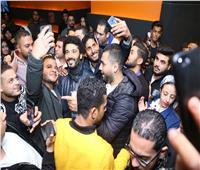 صور| خالد النبوي يشاهد «يوم وليلة» بالسينمات.. ويلتقط «سيلفي» مع الجمهور