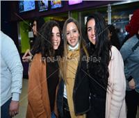 صور| الشرنوبي وجميلة عوض ومي الغيطي يشاهدون «بنات ثانوي» مع الجمهور