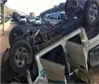 مصرع سيدة وطفلها وإصابة 4 فتيات في انقلاب سيارة بالعريش