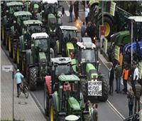 آلاف المزارعين الألمان على جراراتهم يتظاهرون ضد لوائح بيئية للحكومة