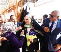 خاص| وزيرة التضامن ترتدي «الطرحة الواحاتي» خلال زيارتها لـ «الوادي الجديد».. صور
