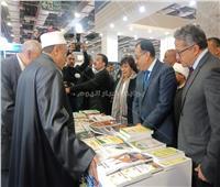 صور| رئيس مجلس الوزراء يتفقد جناح الأوقاف للتعرف على أبرز الإصدارات
