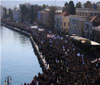 آلاف المواطنين بالجزر اليونانية يتظاهرون بشدة ضد ازدحام مخيمات اللاجئين