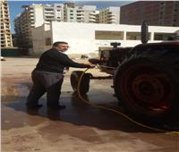 المدير يشارك في النظافة بعد مشاركة المدرسة في مسابقة «أجمل مدرسة»