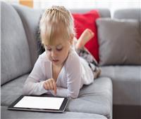 استشاري تربية يوضح 5 مشاكل يسببه استخدام الأطفال لـ«التابلت»