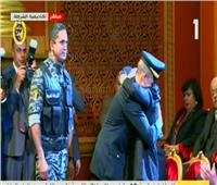 مشهد مؤثر لنجل الشهيد وائل طاحوان ووالدته في احتفالات الشرطة