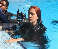 شاهد| ياسمين رئيس في كواليس مشهد الغرق بـ«لص بغداد»
