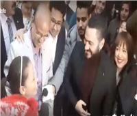 فيديو| أول لقاء تامر حسني مع هايدي محمد متسابقة «ذا فويس كيدز»