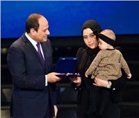 السيسي: شرفت بتكريم أسر شهداء الشرطة.. ووضع الزهور على النصب التذكاري