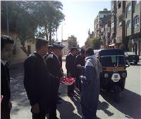 شرطة كوم أمبو توزع الحلوى على المواطنين