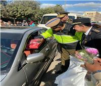 «مرور الشرقية» يوزع حقائب وحلوى على المواطنين احتفالًا بعيد الشرطة