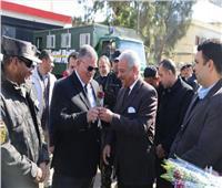 محافظ السويس يقدم الورود لرجال الشرطة في عيدهم