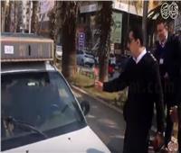 فيديو| في عيدهم الـ ٦٨.. رجال الشرطة يوزعون الورود على المواطنين