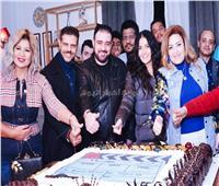 صور| غادة عبد الرازق تحتفل بتصوير «حفلة ٩»