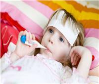 ارتفاع حرارة الطفل خطر في هذه الحالات.. تعرفي على طرق علاجها