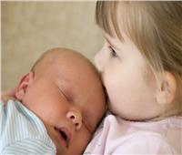 للأمهات| احذري «هربس» فيروس قاتل يصيب الأطفال بسبب «القبلات»