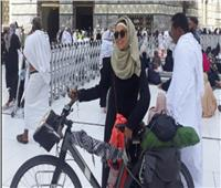 تعرف على أول امرأة عربية تدخل مكة على دراجة لأداء العمرة... فيديو وصور