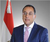 رئيس الوزراء يهدي درع تكريم لوزير الصناعة السابق